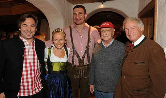Кличко и Шварценеггер вместе ели белые колбаски.