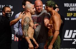 Фото: Взвешивание участников UFC 266