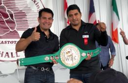 Кадр дня: Друзья-соперники Марко Антонио Баррера и Эрик Моралес