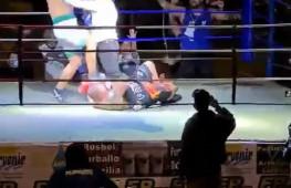 В Боливии боксер начал добивать соперника ногами после нокдауна