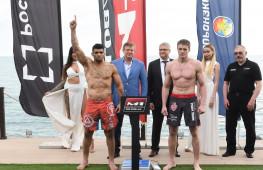 Кадр дня: Взвешивание участников М-1 Challenge 77 Виктора Немкова и Ронни Маркеса