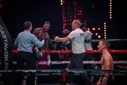 Британский боксер Умар Садик госпитализирован после боя с Чудиновым