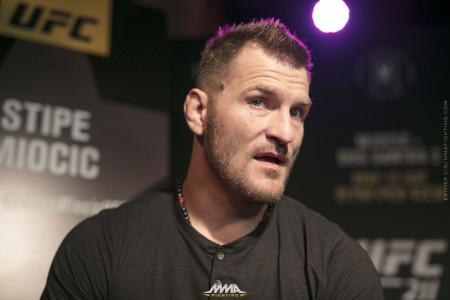 Чемпион UFC втяжелом весе защитил свой пояс